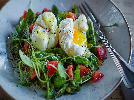 Легкий салат с авокадо и яйцом-пашот